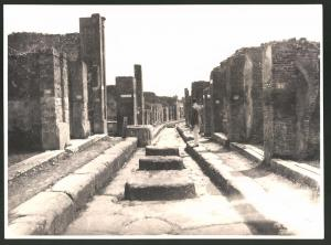 Fotografie Fotograf unbekannt, Ansicht Pompeji, Tourist betrachtet die Ruinen