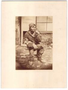 Fotografie Landstreicher - Vagabund in Lumpen gekleidet