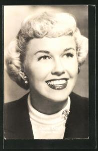 AK Schauspielerin Doris Day schaut lachend in die Ferne