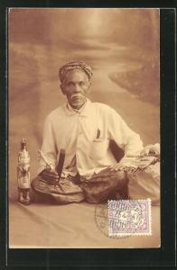 AK Indonesien, Mann im Schneidersitz mit Messer und Figur