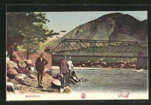 AK Kuhistan, Flusspartie mit Männern unter Brücke