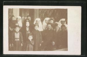 Foto-AK Kirgistan, Kirgisen-Familie in traditioneller Kleidung