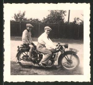 Fotografie Motorrad DKW, Bursche & Knabe auf Krad mit -Wimpel, Kennzeichen IVB-19330