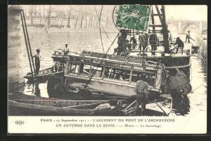 AK Paris, L`Accident du Pont de l`Archevéché, 27.9.1911, In die Seine gestürzter Autobus, 11 Tote
