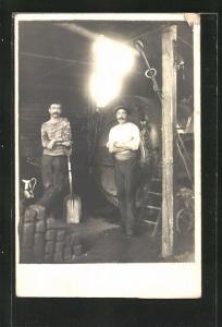Foto-AK Zwei Heizer vor dem Ofen