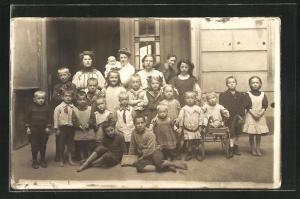 Foto-AK Berlin, Kinder & Chinesenmädchen auf dem Hinterhof 1926