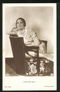 AK Schauspielerin Leatrice Joy mit Halskette auf Sessel sitzend