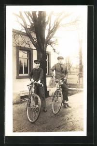 Foto-AK Zwei junge Männer mit ihren Fahrrädern