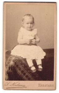 Fotografie J. Kuban, Konstanz, Portrait Kleinkind in weissem Kleid