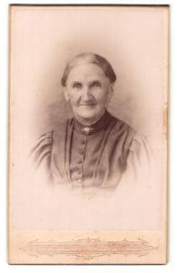 Fotografie J. Kuban, Konstanz, Portrait Greisin mit zusammengebundenem Haar