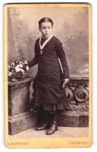 Fotografie H. Burrows, Liverpool, Portrait Konfirmandin mit Gebetsbuch u. Blumenkorb