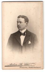 Fotografie Atelier Ph. Uhl, Giessen, Portrait bürgerlicher Herr mit Fliege im Anzug