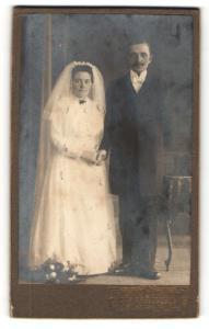 Fotografie Julius Grusche, Neugersdorf i / S., Portrait bürgerliches Paar in hübscher Hochzeitskleidung