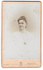 Fotografie Atelier Globus, Berlin-W, Portrait bürgerliche Dame mit zurückgebundenem Haar im eleganten Kleid