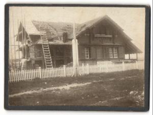 Fotografie Dachdecker beim Eindecken eines Hausdaches 1907