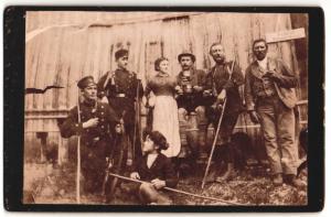 Fotografie Jagd / Hatz, Jäger mit Gewehr teilweise in Uniform vor Hütte rastend, Schild: Erzherzog Johann Klause