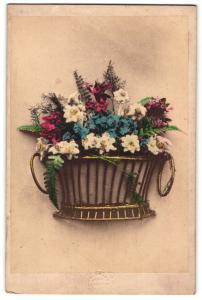 Fotografie Atelier Bermann, Wien, Blumenkorb mit Edelweiss, Vergissmeinnicht & anderen Blumen, koloriert