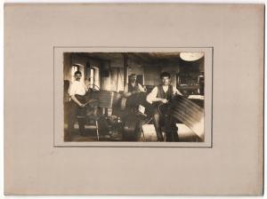 Fotografie Sattler-Werkstatt, Sattler gehen ihrer Arbeit nach, Grossformat 25 x 19cm