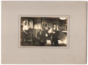 Fotografie Sattler-Werkstatt, Handwerksgesellen bei der Arbeit, Grossformat 25 x 19cm