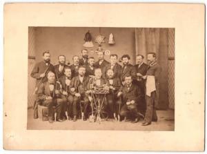 Fotografie Raucher-Club, Männer mit Porzellanpfeifen beim Clubtreffen