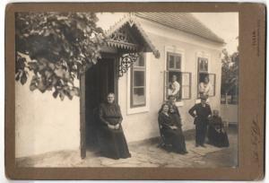 Fotografie Josef Bett, Tulln, Ansicht Tulln, Familie vor ihrem Wohnhaus versammelt