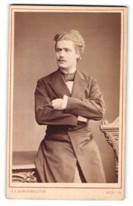 Fotografie J. C. Schaarwächter, Berlin, Portrait junger Herr mit zeitgenöss. Frisur in Abendgarderobe