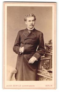Fotografie Julius Zschille, Berlin, Portrait eleganter junger Herr im Mantel
