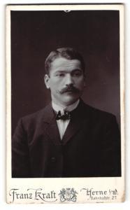 Fotografie Franz Kraft, Herne i. W., Portrait bürgerlicher Herr im Anzug mit Zwirbelbart