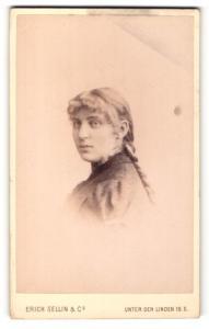 Fotografie Erich Sellin, Berlin, Portrait Frau mit geflochtenem Zopf