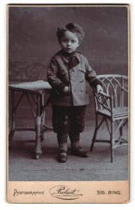 Fotografie Palast Sig. Bing, Wien, Portrait kleiner Junge in hübscher Kleidung an Stuhl gelehnt