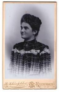 Fotografie R. Schönfelder, Reichenbach i / V., Portrait junge Dame mit Kragenbrosche im modischen Kleid