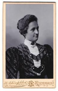 Fotografie R. Schönfelder, Reichenbach i / V., Portrait junge Dame mit Kragenbrosche im eleganten Kleid