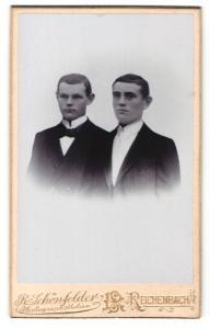 Fotografie R. Schönfelder, Reichenbach i / V., Portrait zwei junge charmante Herren in Anzügen
