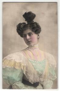 Relief-AK Feine Dame in elegantem Kleid mit gelocktem Haar