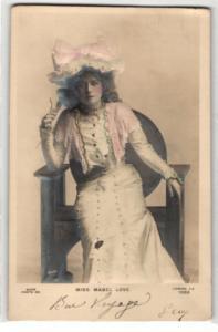 Relief-AK Miss Mabel Love auf einem Stuhl
