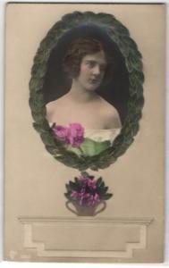 Relief-AK Portrait einer jungen Frau im Lorbeerkranz