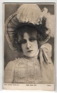 Relief-AK Schauspielerin Miss Edna May mit Hut