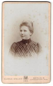 Fotografie Globus Atelier, Berlin-W, Portrait junge Frau mit zusammengebundenem Haar