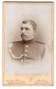 Fotografie Adalbert Werner, München, Portrait Soldat in Uniform mit Schützenschnur