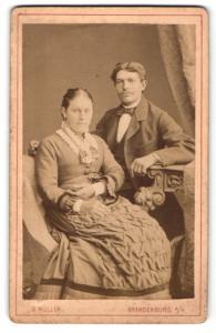Fotografie G. Müller, Brandenburg a/H, Portrait junges bürgerliches Paar