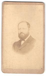 Fotografie S. Rottmayer, Wasserburg, Portrait Herr mit Vollbart im Anzug mit Fliege