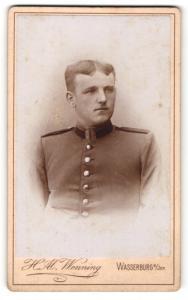 Fotografie H. Al. Wenning, Wasserburg, Junger Soldat mit gescheiteltem Haar in seiner Uniform