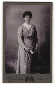 Fotografie C. Luckner, Lugau i. E., Frau im Kleid hinter Stuhl stehend