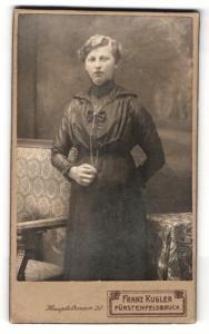 Fotografie Franz Kugler, Fürstenfeldbruck, Portrait junge hübsche Dame im eleganten Kleid