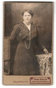 Fotografie Franz Kugler, Fürstenfeldbruck, Portrait bezaubernde junge Dame mit dunklem Haar