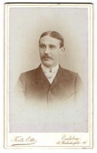 Fotografie Fritz Ette, Eisleben, Portrait charmanter junger Mann mit Mittelscheitel und Schnurrbart