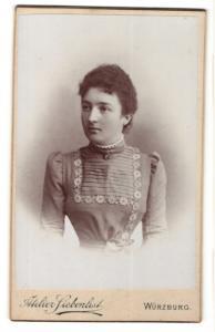 Fotografie Atelier Siebenlist, Würzburg, Junge Frau in einem bestickten Kleid