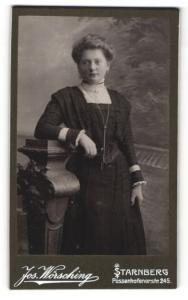 Fotografie Jos. Wörsching, Starnberg, elegante Dame mit Spitzenkragen und langer Kette
