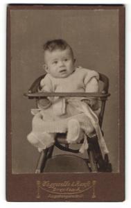 Fotografie Atelier Taggeselle & Ranft, Dresden, Baby in Kinderstuhl mit Schleife