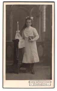 Fotografie Jos. Wörsching, Starnberg, junges Mädchen in hellem Kleid mit Kerze und Buch